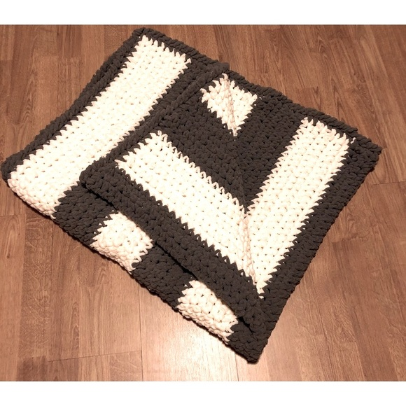 Brand New Throw Blanket w/bag